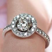 Création de bijoux sur mesure, ici une bague de fiançailles en or blanc,  créée à partir du diamant apporté par le client, à Paris