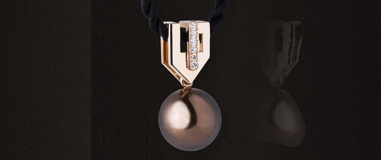 Le pendentif Felicia en or rouge, diamants et perle Tahiti, dans le style inspiré Art déco, très contemporain, ne fait pas parti des bijoux sur mesure.