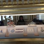 Hier sind einige der Schmuckstücke der Kronjuwelen, auch Kronendiamanten genannt, die im Louvre ausgestellt sind. Der größte Teil dieses Schatzes ist verloren.