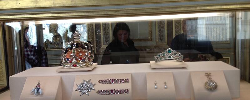 Tradition joaillerie France: Voici une partie des bijoux appartenant aux joyaux de la couronne, appelé aussi les diamants de la couronne,exposés au Louvre. Un exemple de la joaillerie française.