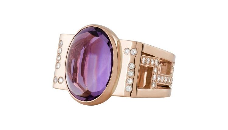 Bague sur mesure pour le cabochon améthyste de la cliente. Cette bague en or rouge est sertie de diamants. Ce bijou sur mesure à été dessiné et fabriqué par des artisans joailliers à Paris.