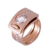La bague 5 en or rouge et diamants est une bague moderne et originale. C'est une création de bijou de la joaillière plasticienne Annette Girardon, installée à Paris, à deux pas de la place Vendôme.