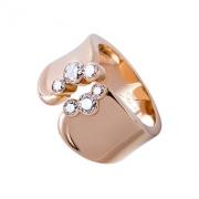 La bague Tao est une création joaillière libre en or rouge et diamants. Cette bague en forme de bandeau est une pièce de joaillerie ayant beaucoup de caractère.