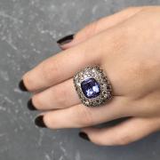 Une bague haute joaillerie, sertie d'une tanzanite non-chauffée et d'un pavage de diamants bruns et blancs. Elle a été dessinée par la créatrice de bijoux sur mesure, Annette Girardon, à Paris.