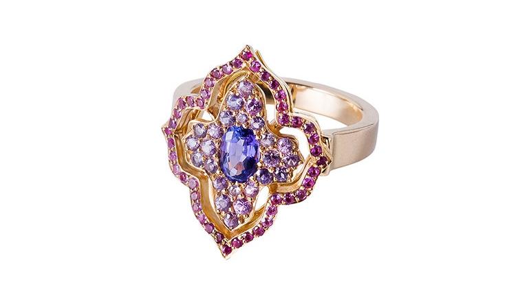 La bague Inde est un bijou sur mesure dans l'esprit joaillerie. son style oriental fait référence aux voyages fréquentes de la cliente en Asie. Elle est sertie de saphirs et tanzanites.