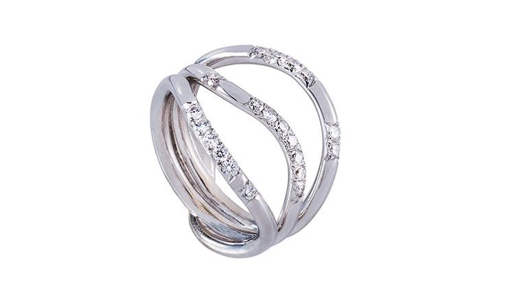 La bague onde très féminine est faite d'un fil d'or blanc, serti de diamants. Elle existe aussi en or rose. C'est une bague créateur a été faite par des artisans joaillier à Paris.