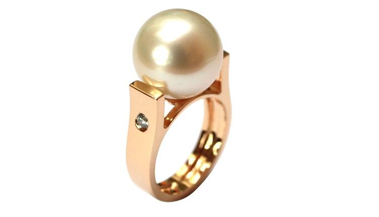 Bague créateur avec une perle de culture Australienne est en or rose. Création de bijoux sur mesure à Paris, selon la tradition des artisans joailliers français. Le design est contemporain.