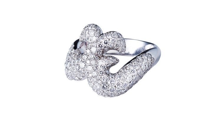 Avec 172 diamants, cette bague en or blanc est une pièce de joaillerie raffinée. Cette création de bijou par Annette Girardon est une bague de princesse luxurieuse, dont toutes les femmes rêvent.