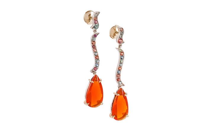 Les boucles d'oreille sur mesure Vésuve sont serties de cabochons d'opale de feu, de saphirs de couleur orange et bleu gris. Cette création vient d'une joaillerie de Paris, Annette Girardon.