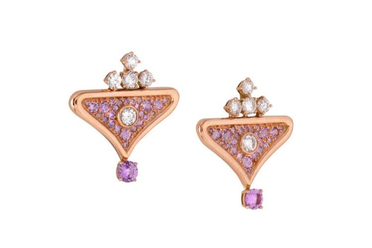 Les boucles d'oreille sur-mesure, sorbet, ont été créé pour une cliente qui souhaitait faire monter ses propres pierres. Il s'agit de la joaillerie sur mesure française, signée Annette Girardon.