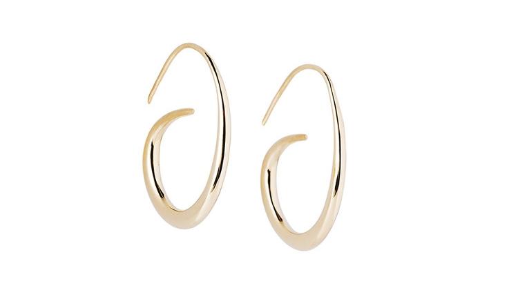 Les boucles d'oreille acrroche-coeur sont une création de bijou contemporaine qui revisite le thème des créoles d'un manière originale. Ce bijou se porte facilement tous les jours et à tout moment.