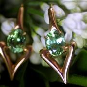 Ces boucles d'oreille en or rose avec tourmalines mint ont été fabriquées par un artisan joaillier à Paris. Le design est signé par Annette Girardon.