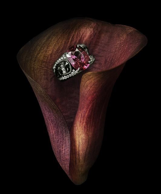 Bague originale en or noir, sertie d'un grenat de Madagascar et de diamants. Une pièce de joaillerie exceptionnelle. La création de bague sur mesure à Paris est la spécialité de Annette Girardon.