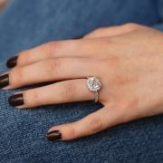 Une pierre à monter en bague, apportée par le client, pour une bague de fiançailles sur mesure, fabriquée à Paris, par des artisans joailliers travaillant selon les règles de la joaillerie française.