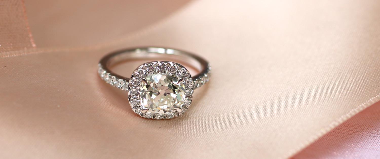 Création de bijoux sur mesure, ici une bague de mariage en or blanc, créée à partir du diamant apporté par le client.