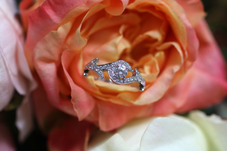 This romantic engagement ring, reminiscent of a rose bush, is made of white gold with diamonds. Annette Girardon can also publish it in pink or yellow gold, according to your request. made in Paris