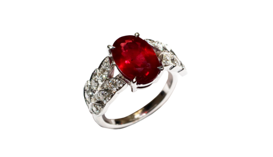 This diamond and ruby engagement ring is exceptional. The customers, of Indian origin, brought the ruby that Annette Girardon made to measure in an engagement ring in white gold.