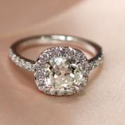 Ein Diamant-Verlobungsring, der in Paris nach Maß gefertigt wird, in der Tradition des französischen Schmucks, nahe dem Place Vendôme, von einem ausgezeichneten Juwelier.