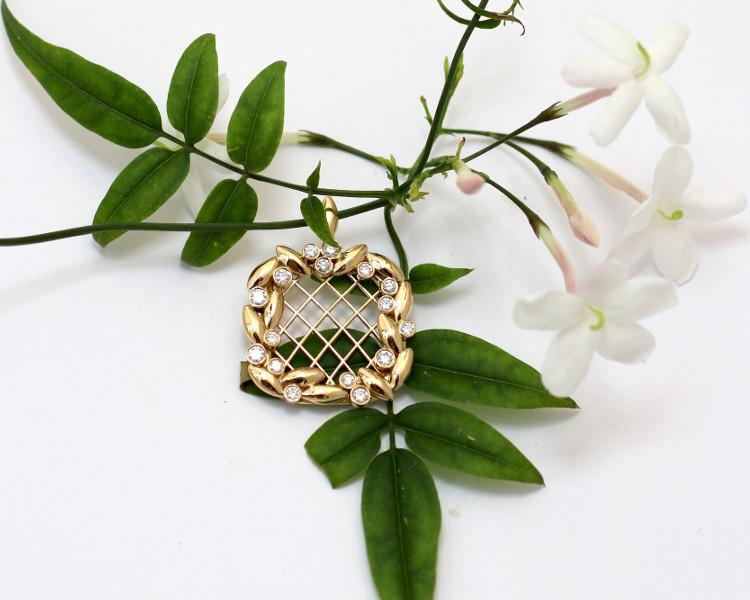 Ce pendentif 'couronne' est une création de joaillerie sur mesure. Ce bijou sur mesure a été offert en cadeau commun. Le design en or et diamants rappelle la bague couronne.