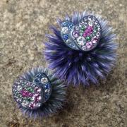 Ces boucles d'oreille sur-mesure , en argent noirci, pavées de diamants, saphirs de différentes couleurs et tsavorites, sont très originales.Elle sont inspirées de la nature, et made in France.