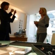 La création de bijou sur-mesure nécessite un échange intensif entre la joaillière parisienne,  Annette Girardon, et ses clientes, à la recherche d'un bijou original et personnel qui leur ressemble.