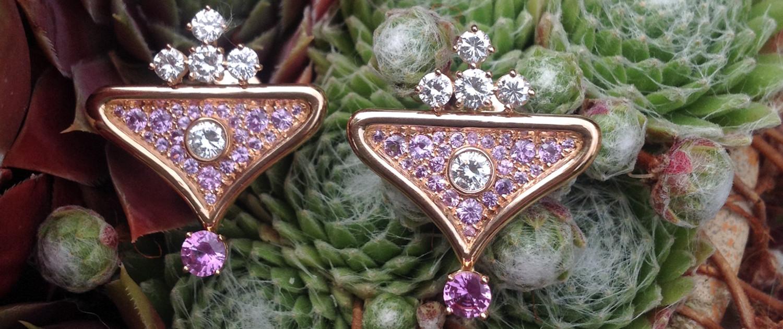 Cette paire de boucles d'oreille en or rose - bijoux sur mesure - a été crée avec les diamants apportés par la cliente, à Paris, selon la tradition du savoir-faire des artisans joailliers parisiens.