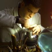 Le gravure sur bijoux artisanaux faite à Paris par un artisan joaillier graveur traditionnel.