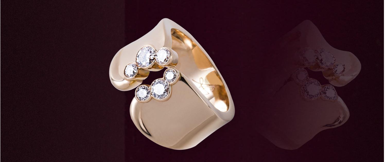 La bague Tao en or rouge, diamants est une création de la joaillière Annette Girardon, spécialiste de bijoux sur mesure, à Paris, installée dans le quartier des artisans joailliers et grandes maisons.