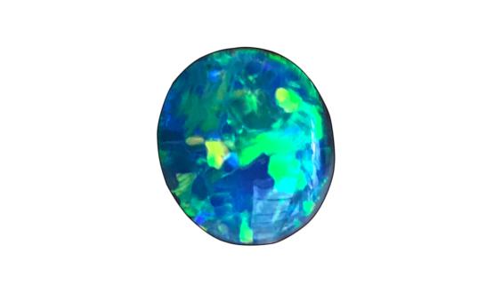 L'opale noire d'Australie est aussi spectaculaire qu'une pierre précieuse grâce aux couleurs scintillantes qu'elle nous renvoie. Elle est apprécié aussi par les maisons de haute joaillerie, place Vendôme.
