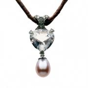 Ce collier est une création de bijou en trois parties: une morganite, une perle de culture, un élément en or blanc, pavé de diamants bruns, sur un collier de jaspe brun. Il a été fabriqué en France.