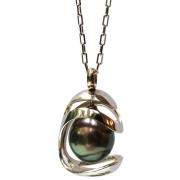 La création de bijou 'perle en cage' en or blanc existe aussi en or jaune. Dans ce design de bijou moderne la perle Tahiti est comme protégée par une cage ouverte, d'une façon originale. Un cadeau d'anniversaire idéal!
