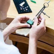 Annette Girardon sculpte des bijoux artisanaux dans un bloc en cire, à Paris, dans le quartier des artisans joailliers, garants de la tradition de la joaillerie française.