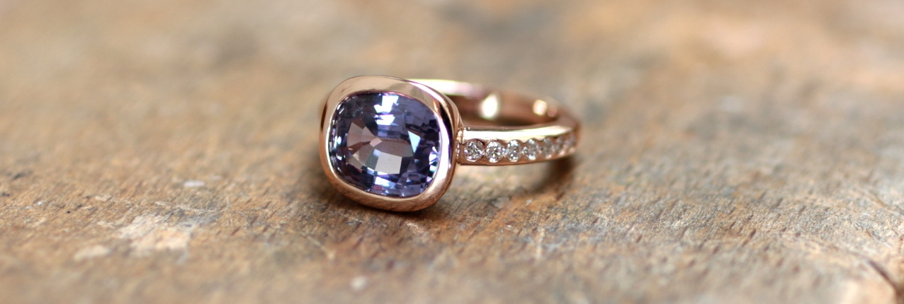 Cette bague de fiancailles originale pour femme, sertie d'un spinelle et de diamants sur de l'or rouge, a été faite à Paris. Cette bague de mariage est une création de bijoux sur-mesure paris