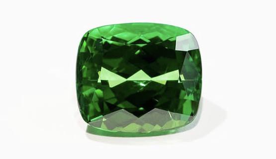 La tsavorite est une variété de grenat parmi les pierres fines les plus appréciées. ce n'est pas une pierre précieuses. Son vert est moins bleuté que celui de l'émeraude. C'est une gemme de qualité.