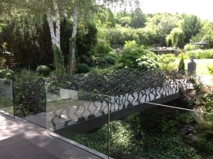 La balustrade de ce pont a été dessiné par Annette Girardon, joaillière à Paris, à deux pas de la place Vendôme. Il s'agit d'une commande spéciale.