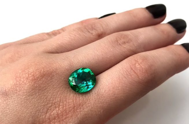 Rare fine stone. Namibian tourmaline, of exceptional colour and quality and of breathtaking value. Which stone to choose for the engagement ring?