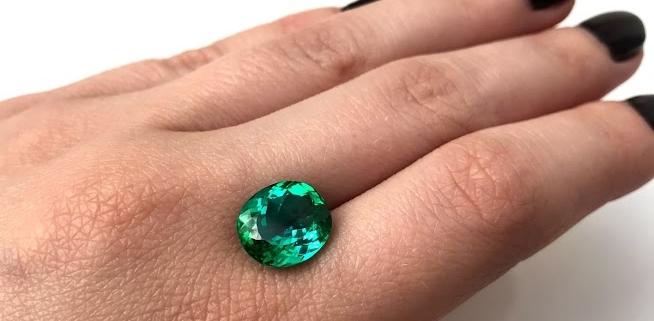 Dieser Turmalin in einzigartiger Paraiba Färbung kommt aus Namibia. Es ist ein extrem hochwertiger Stein, der sicher ein exklusives Juwel schmücken wird.
