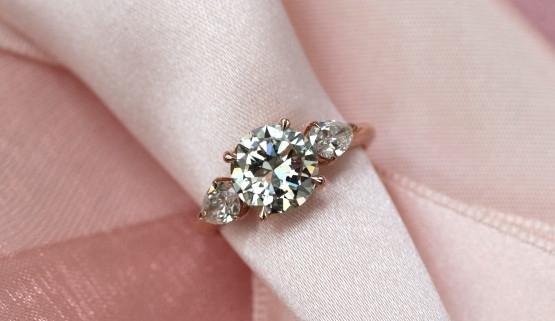 Bague de fiançailles pour un diamant central de 2carats, accompagné de deux diamants poire sur or rose, faites à Paris, par Annette Girardon.