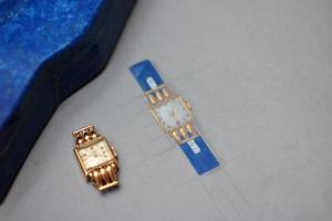 Dessin gouaché d'une montre en or, upcyclée en broche, avec du lapis lazuli et des diamants, par Annette Girardon à Paris.