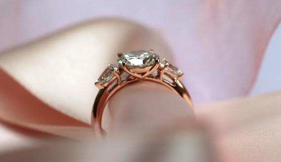 Vue de profil de la bague de fiançailles entrelacs, avec 3 diamants, dessinée sur-mesure à Paris, par Annette Girardon..
