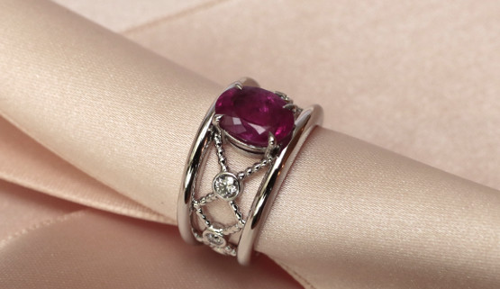 Engagement ring in white gold with pink sapphire