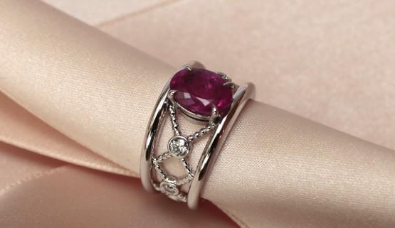 Verlobungsring in Weissgold mit rosa Saphir von Annette Girardon, Paris kreiert.