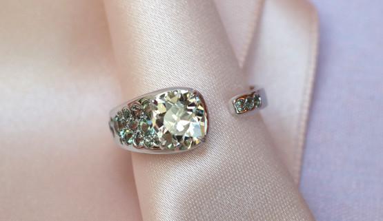 Bague de fiançailles femme originale or blanc palladié, avec diamants et saphirs.