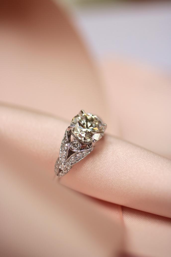 Bague de fiançailles romantique en or blanc palladié et diamants, créée à Paris, à deux pas de la place Vendôme.