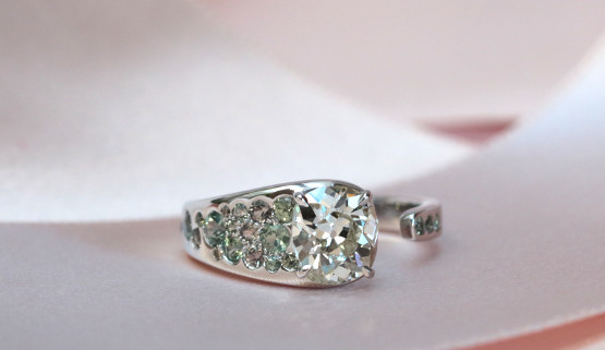 Bague sur mesure en or blanc, diamants et saphirs, crée par un créateur de bague de fiançailles..