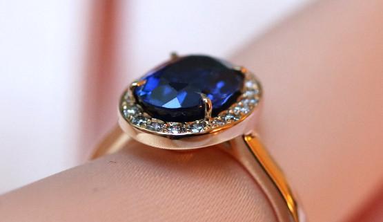 Bague de fiancailles margueritte avec saphir et diamants sur or jaune, créée à Paris.