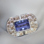 Bague sur mesure en or blanc avec Tanzanite et diamants, Paris.