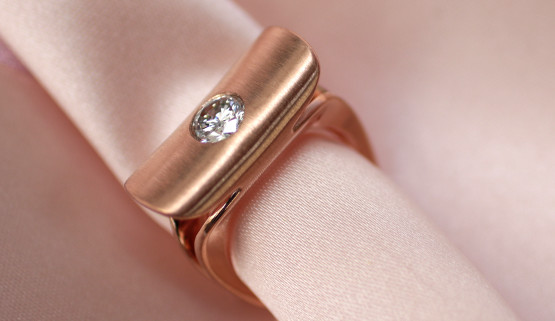 Contemporary design for this engagement ring in rosegold