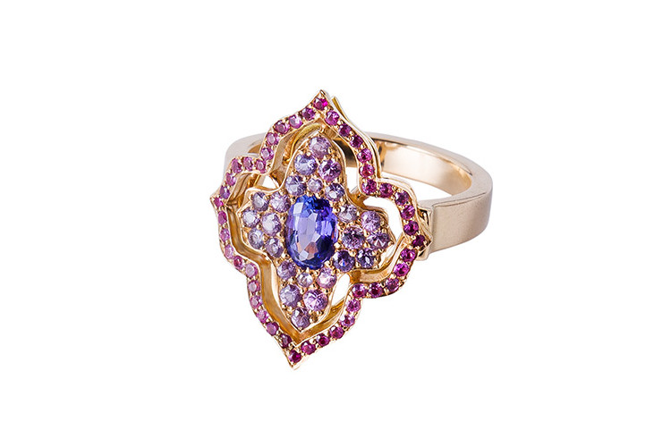 Fine jewellery ring with oriental shape, setted with tanzanit and sapphires.