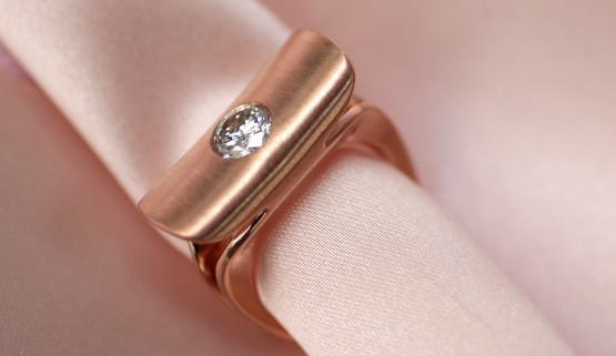 Moderner Verlobungsring in Rosegold, eine Sonderanfertigung für den Diamanten der Kundin.